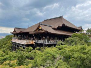 京都清水寺の全景。清水の舞台が改修されました。白木の舞台になりました。